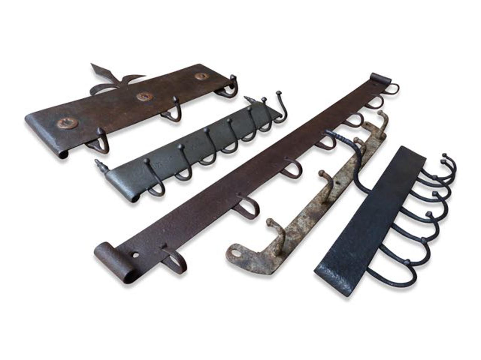 Antieke hangers voor keukengereedschap in de open haard